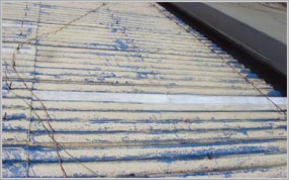 노화된 슬레이트지붕 표면